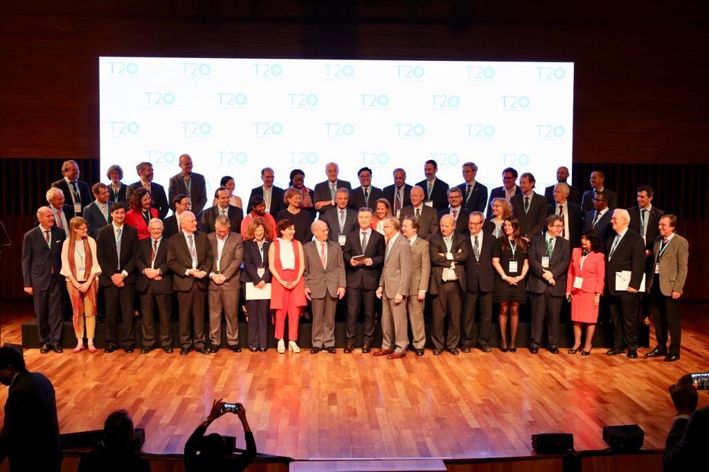 Foto de los participantes del T20 junto al presidente de la Nación, Mauricio Macri, en la CumbreT20